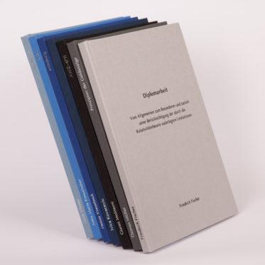Leinen Einband Bachelorarbeit, Diplomarbeit, Masterarbeit, Buchleinen, Dissertation in den Farben Graublau, Kobaltblau, Königsblau, Dunkelblau, Schwarz, Dunkelgrau und Hellgrau
